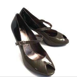 ISOLA military green & black Patton leather pumps